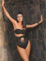 сексуальная голая Канделаки в черном кожаном белье позирует