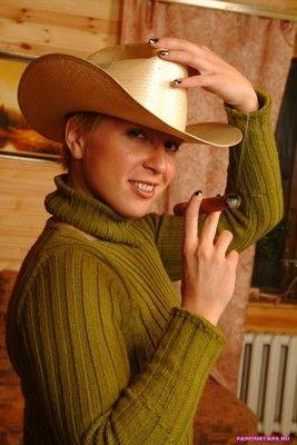 Яна Чурикова в ковбойской шляпе