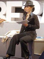 Яна Чурикова в сексуальном черном костюме и шляпе