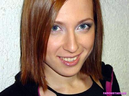 Яна Чурикова улыбается