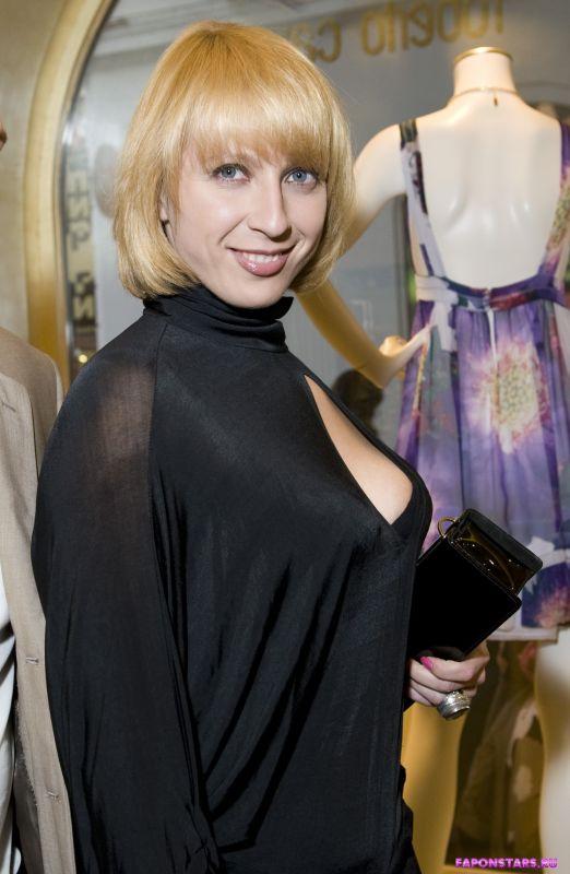 Черное элегантное декольте Яны Чуриковой