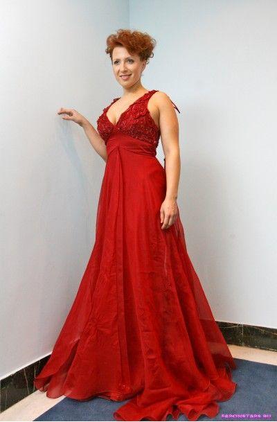 Яна Чурикова в сексуальном красном платье с декольте