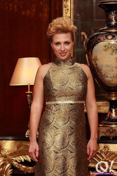 Сексуальная Яна Чурикова в вечернем платье