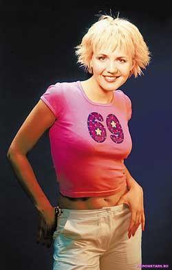 Юлия Бордовских в розовой сексуальной облигающей футболке